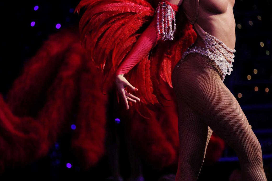 「女性的身體不應作為販售的商品!」紅磨坊因為女性裸露的表演而受到物化女性的批評。...