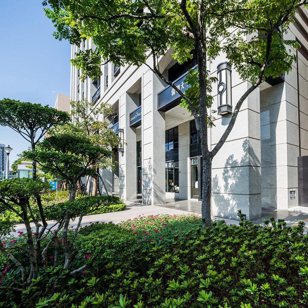 僑聯大千建築外觀與一樓人行花園步道實景拍攝。 圖/僑聯大千 提供