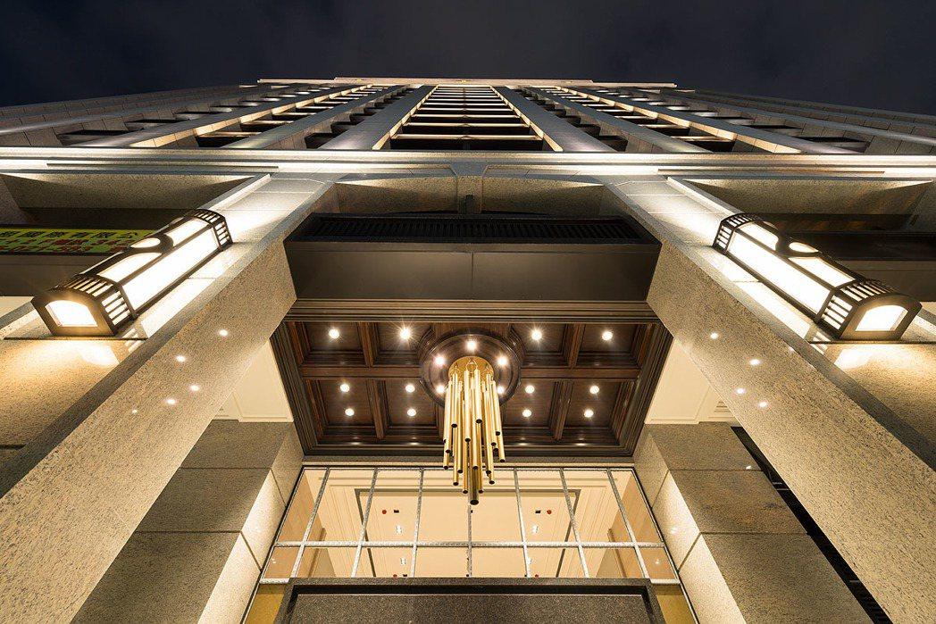 僑聯大千建築外觀夜間燈光設計。 圖/僑聯大千 提供