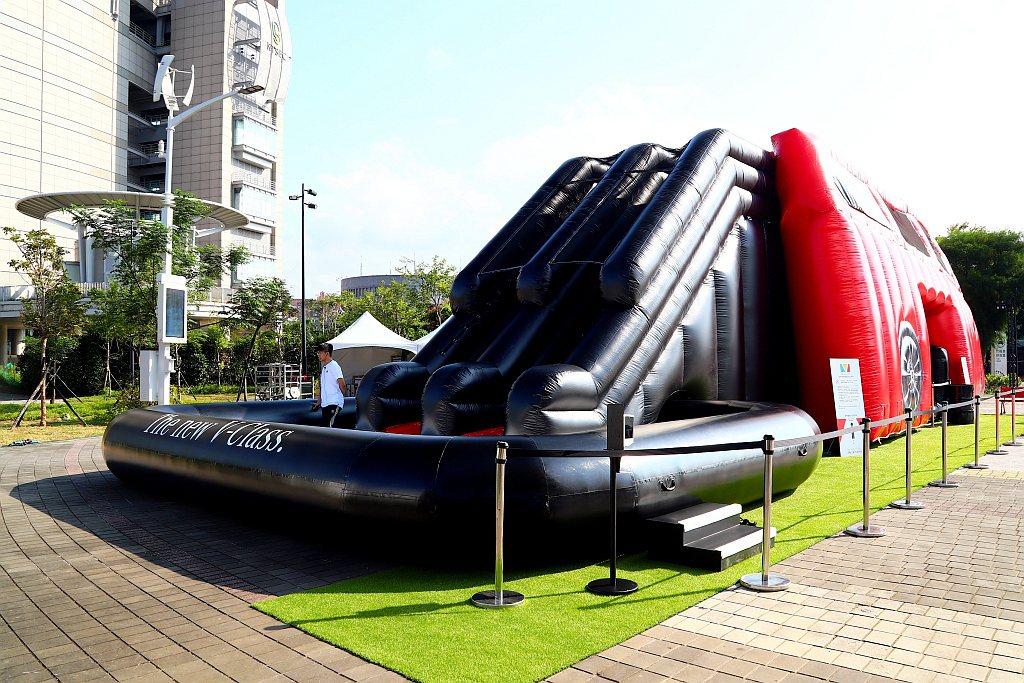 遠從德國運來的巨型充氣滑梯球池,是《The new V-Class星動之旅 有何...