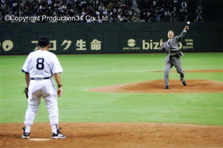 2004年,洋基日本東京開幕友誼賽對戰巨人時,由金田開球,洋基傳奇球星尤吉・貝拉擔任捕手接補。 圖/KANEDA KUKAKU