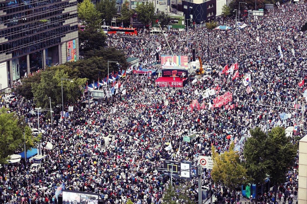 「(力挺曹國的)那些人說(他們集會)有200萬人的話,那麼我們這裡今天就來了2,...