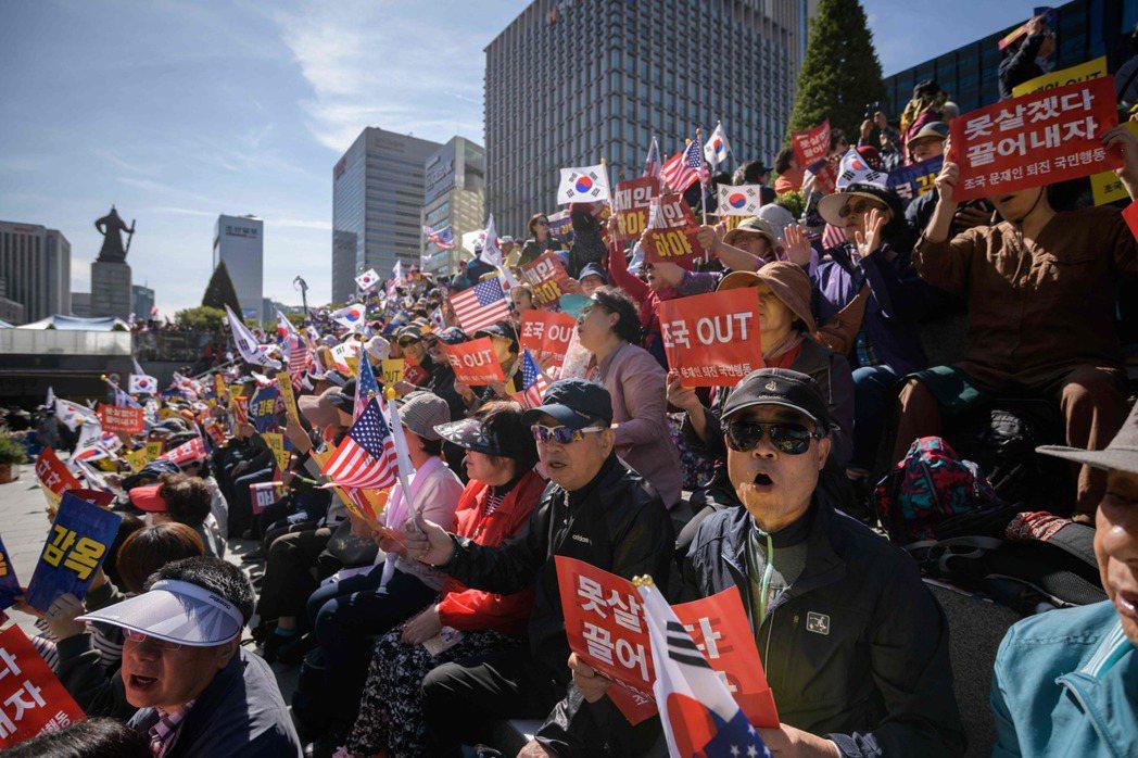 不甘示弱的「反曹」、「反文」群眾,也在9日再次動員,上街集會遊行。 圖/法新社