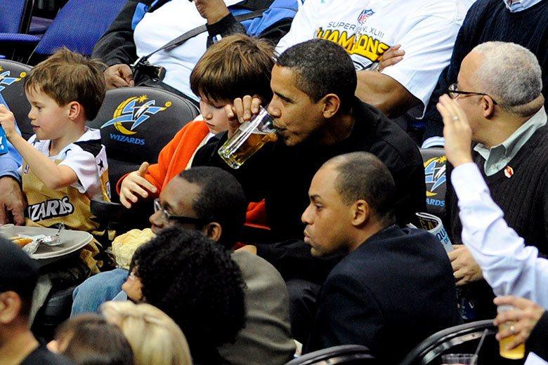 美國前總統歐巴馬(中)到巫師主場看球場,也不忘來杯啤酒,NBA的硬性飲料廣告商機...