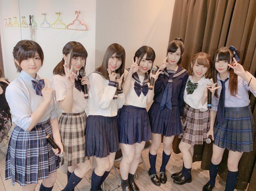 松岡笑南(左3)為日本偶像團體「天使突拔Niyomi」成員。圖擷自松岡笑南推特
