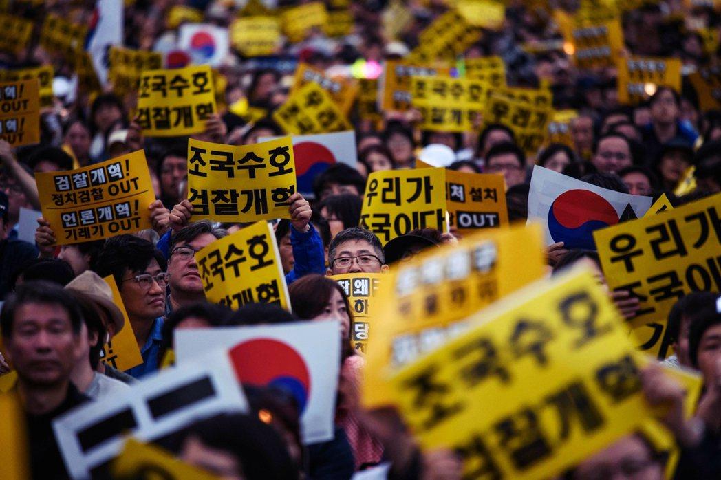 10月5日,大批挺曹國的群眾,聚集在首爾最高法院外,為曹國以及其欲推動的司法改革...