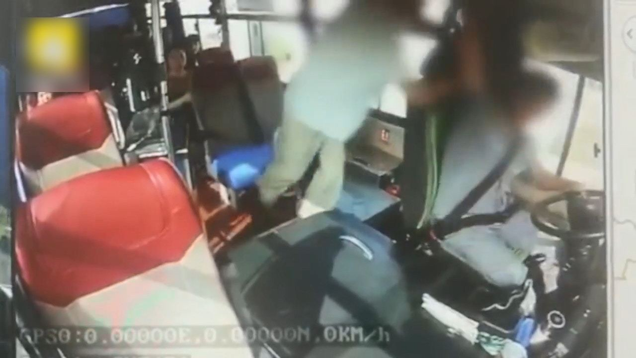 司機被老伯打到見血。(梨視頻影片截圖)
