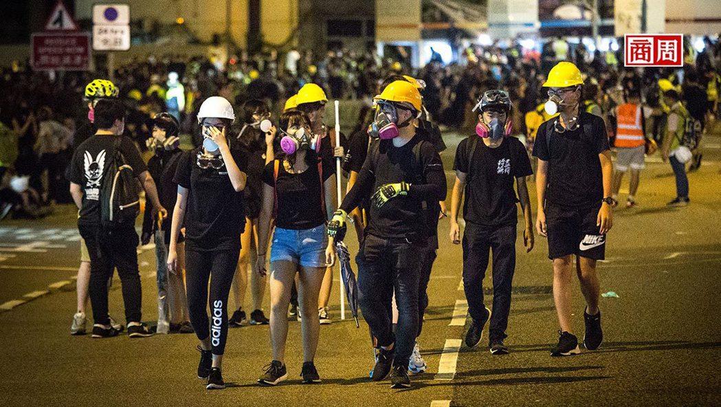 《禁蒙面法》宣布後,引爆香港數以千計的民眾上街頭抗爭,地鐵也全線停擺。 (攝影者...
