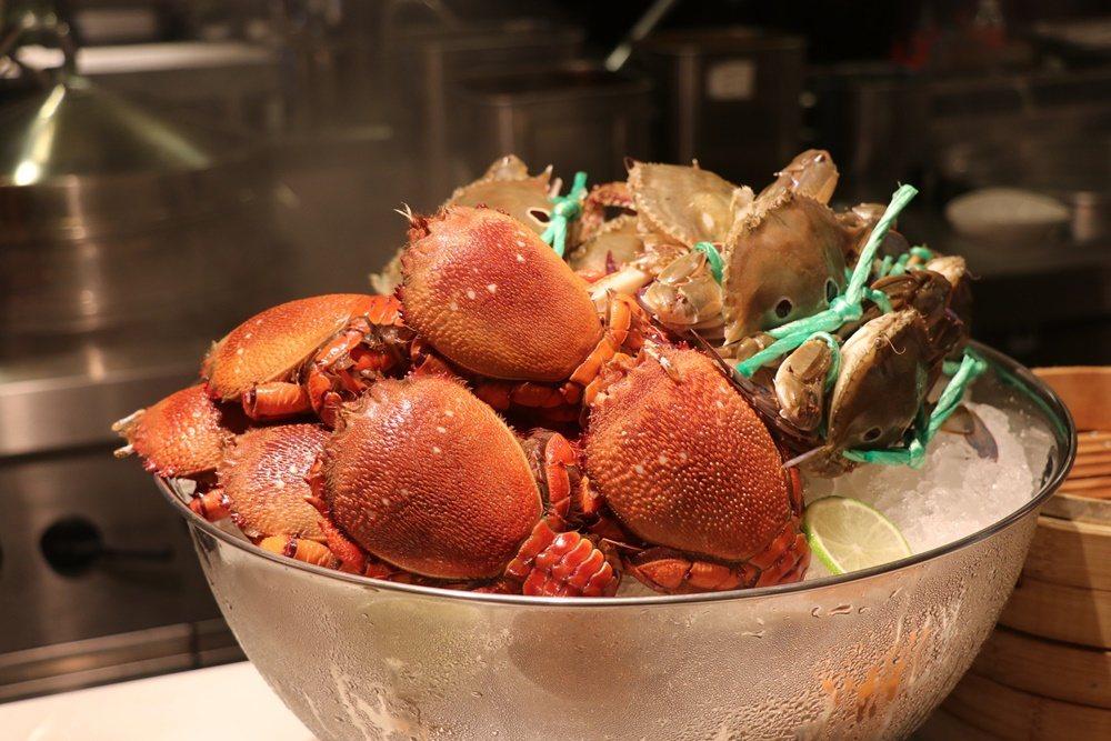 秋天就是要大口品嘗螃蟹。 圖/台北士林萬麗酒店提供