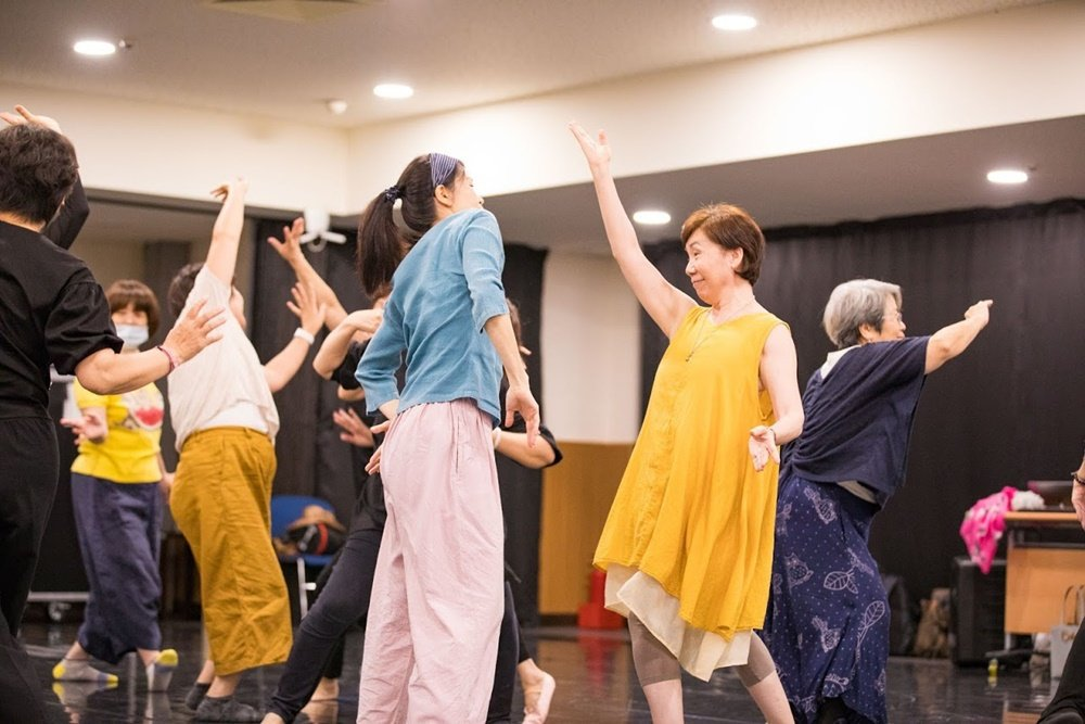 兩廳院去年推出「樂齡計畫─該我上場」,邀專業舞者指導熟齡族跳舞。 圖/國家表演藝...