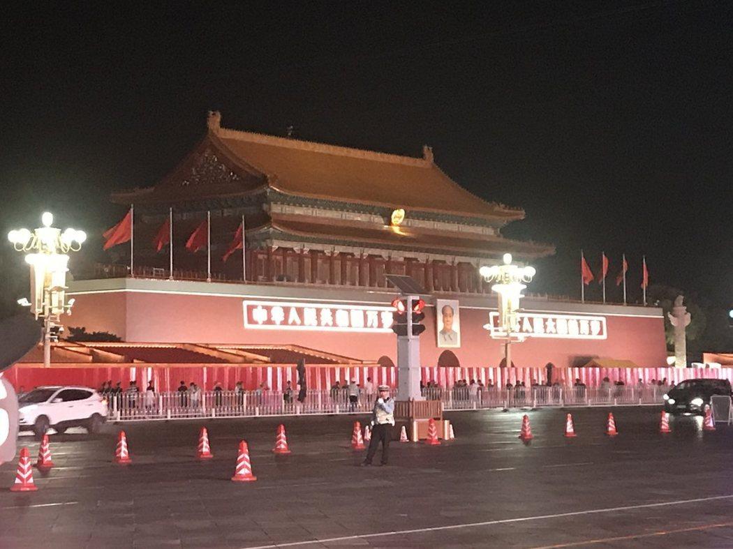 圖為夜色下裝扮得美輪美奐的北京天安門城樓。特派記者陳言喬/攝影