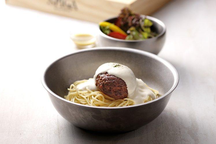日式高湯為底的「起士白醬漢堡排義大利麵」,滋味溫潤,每份350元。圖/石壁家提供