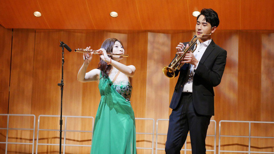 陳謙文(右)在華姵的十週年長笛音樂會擔任壓軸跨界彩蛋。圖/華劇場提供