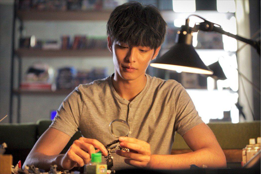 曹佑寧在「叱咤風雲」勤幫劇組同仁按摩,手勁獲讚。圖/創映電影、量能影業提供