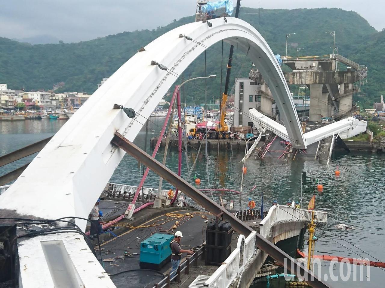 南方澳大橋拆除作業今展開,受昨晚大雨影響,將比預定時間延後3小時。記者羅建旺/攝...