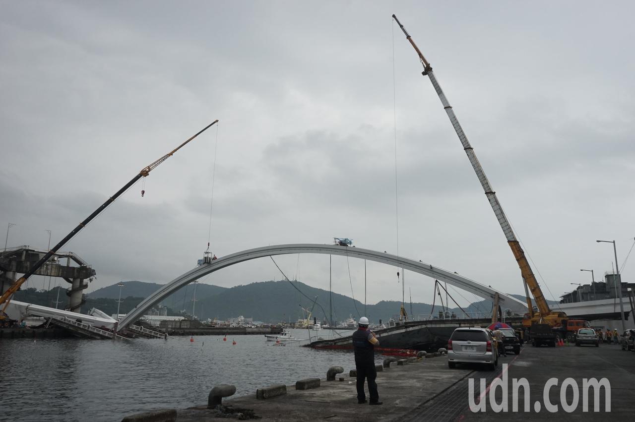 南方澳大橋拆除工程今展開,但受昨夜大雨影響,作業將延後3小時。記者王燕華/攝影