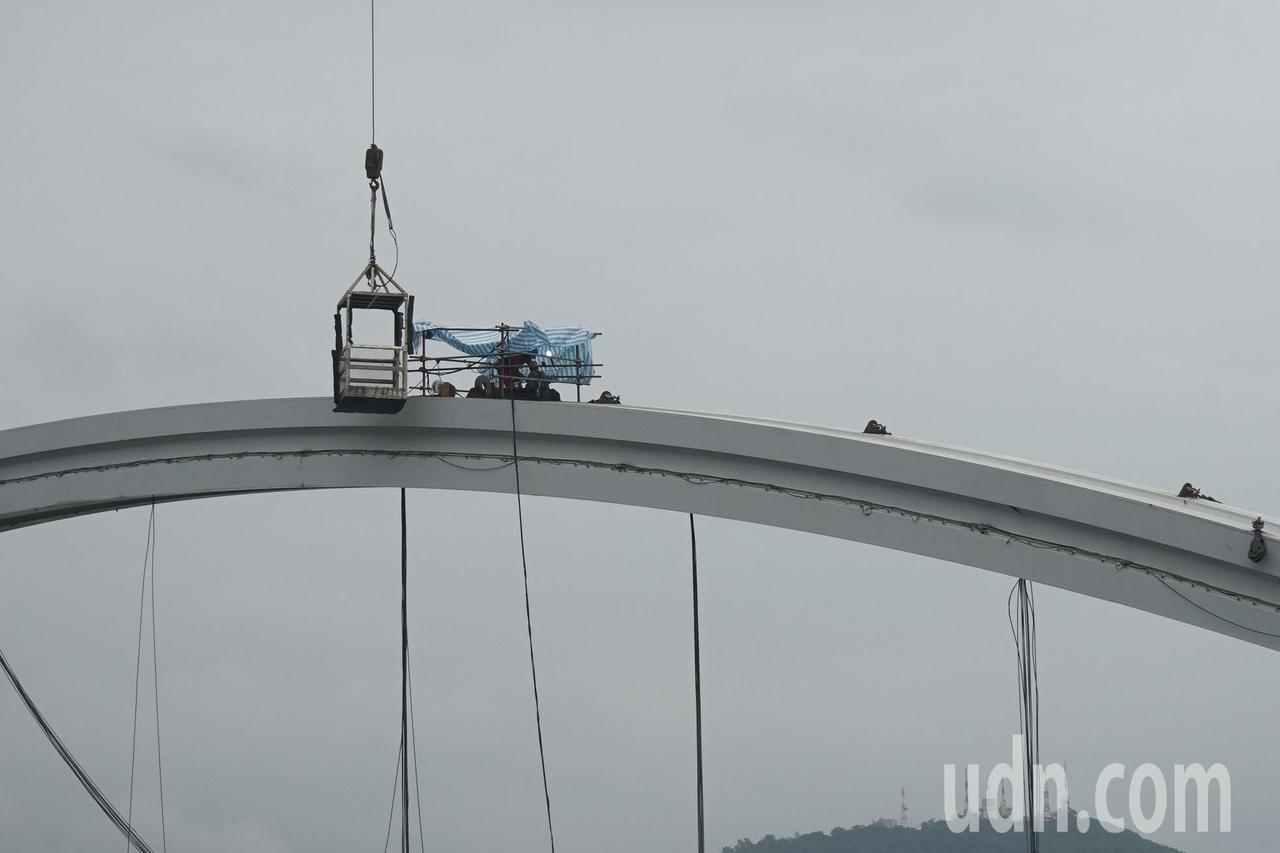 工程人員今天繼續在鋼拱上焊接吊耳,以便執行後續拆橋作業。記者王燕華/攝影