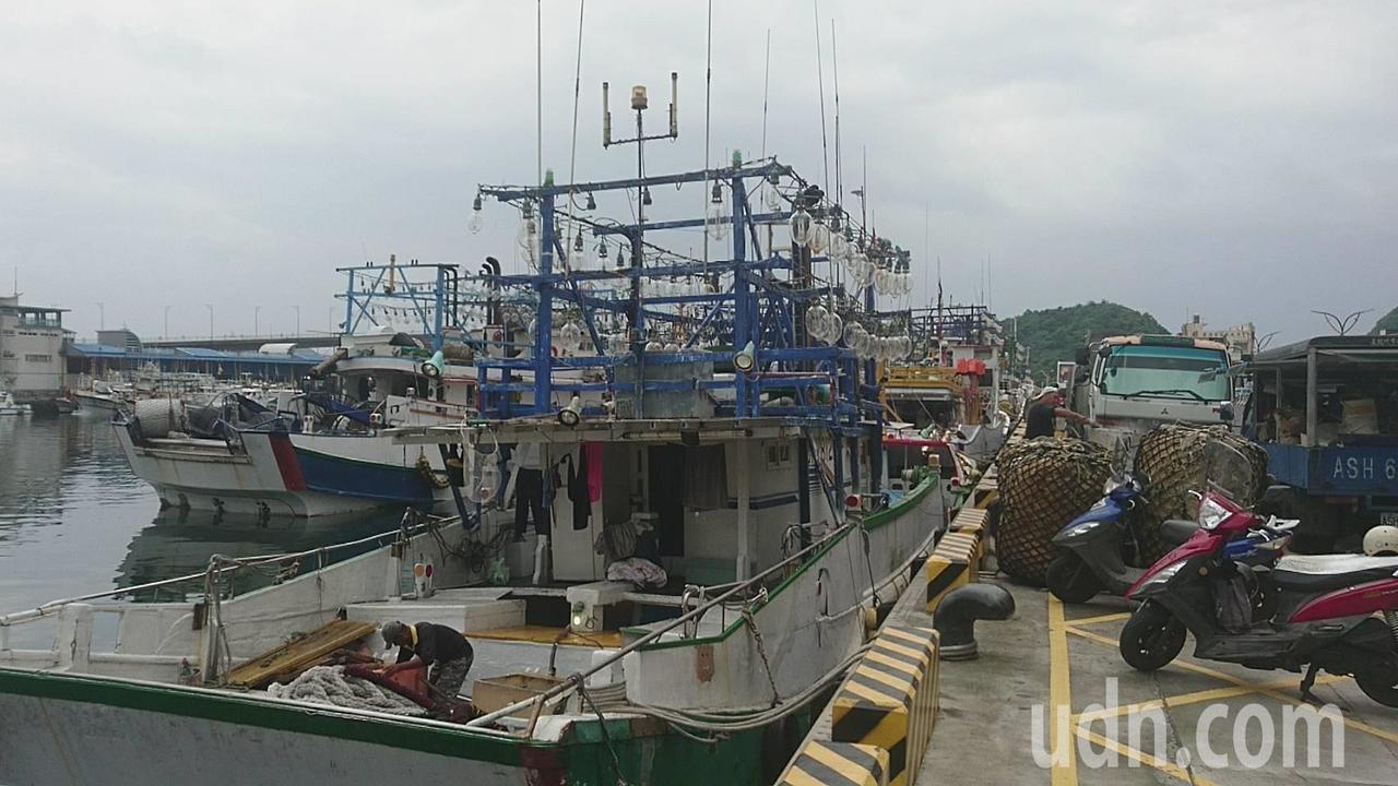 南方澳封港拆橋,漁民提前出海作業,有的也因颱風逼近影響,風雨來了,趁封港,返港躲...