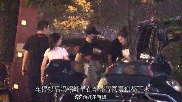 馮紹峰站在餐廳外等趙麗穎。圖/翻攝自微博娛樂有飯