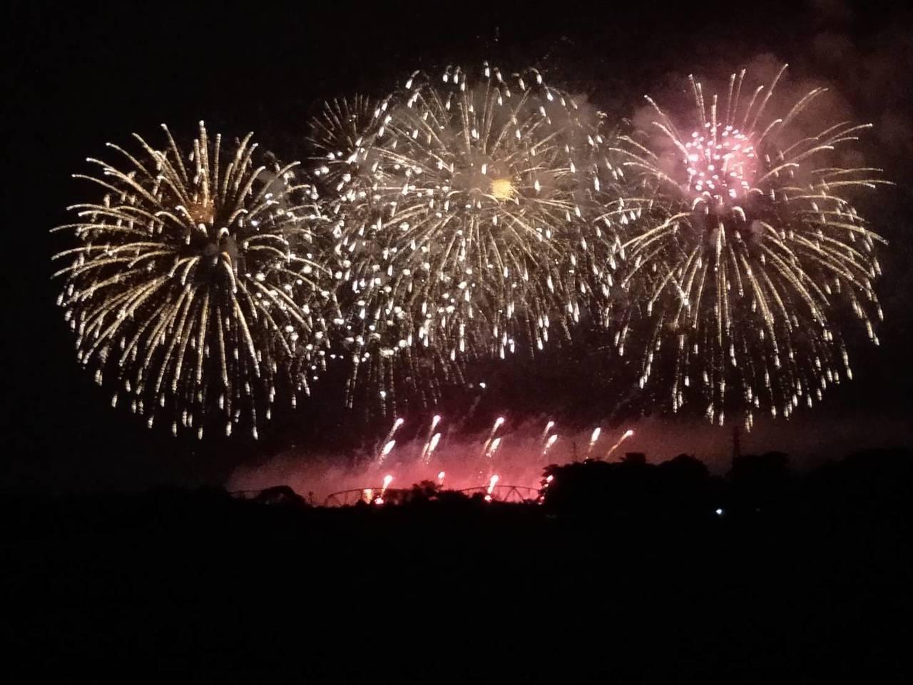 今年的國慶焰火將首次形成高屏溪兩岸同時「尬場」的熱鬧場面。圖為日前試放的畫面。圖...