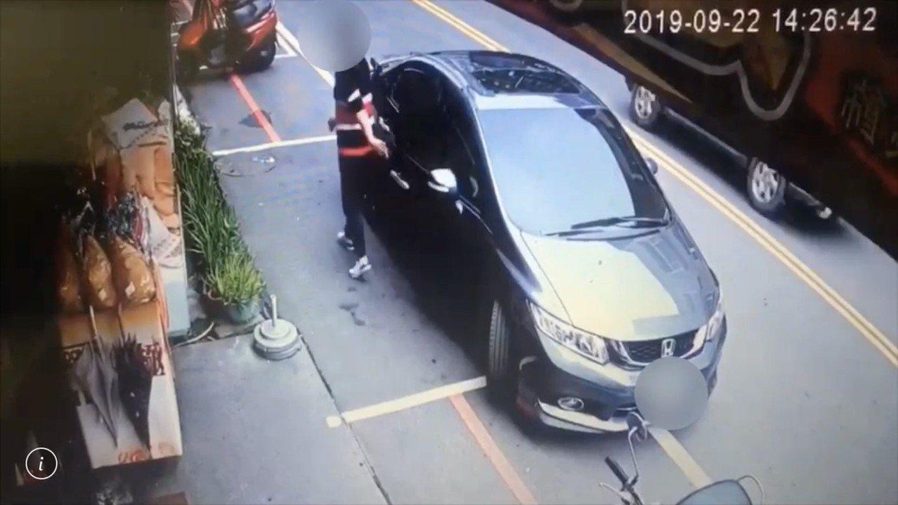 陳男、黃男與林女3人9月22日到林女家人住處要錢,被監視器畫面拍下林女是自行下車...