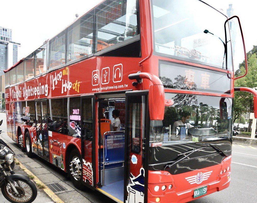 為配合明天「國慶花車遊行」,台北雙層觀光巴士將調整營運時間,「紅線」和「藍線」分...