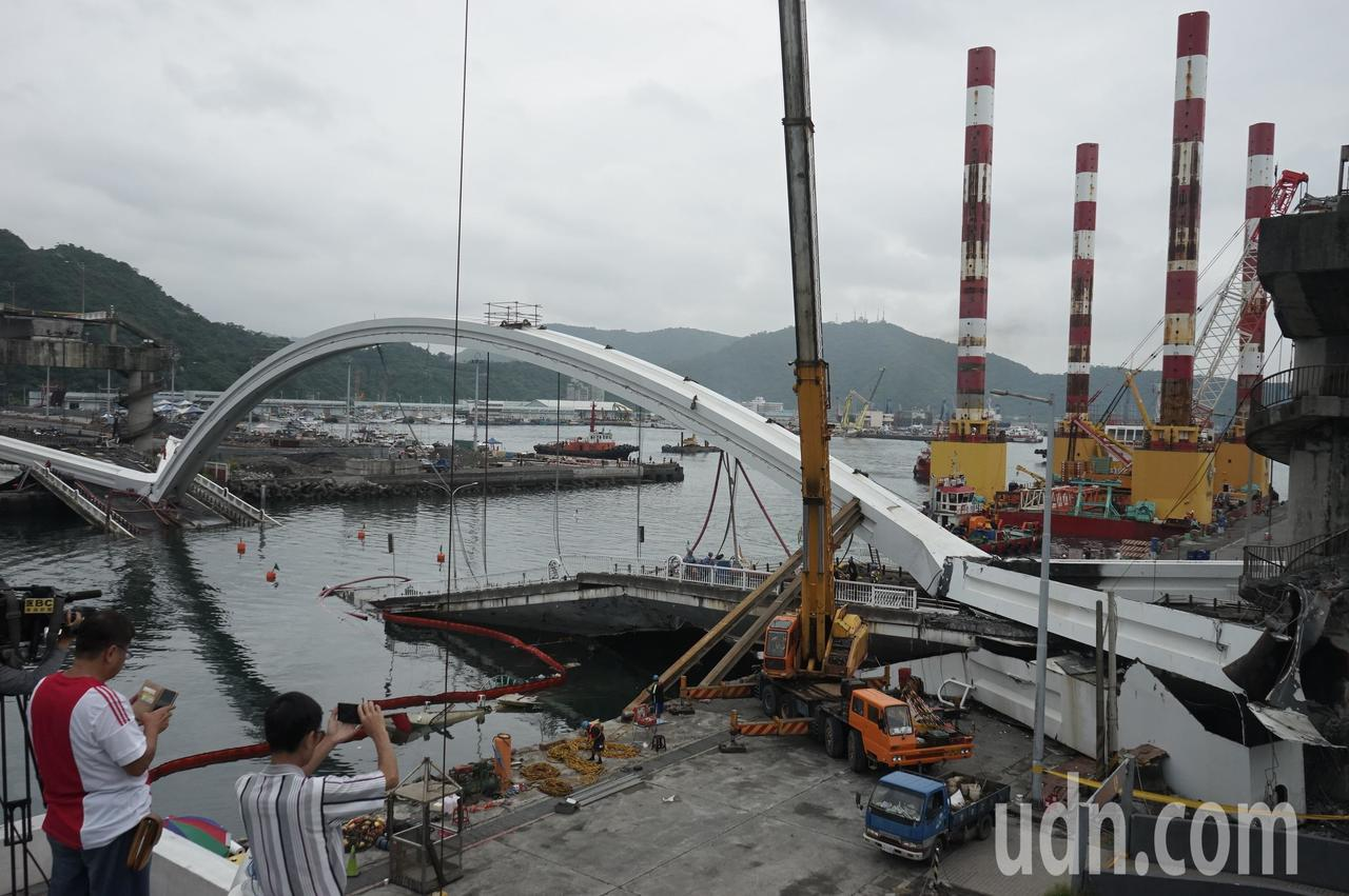 全國最大的宏禹一號海上作業平台船,上午10時許已靠近南方澳斷橋,準備執行拆除工作...