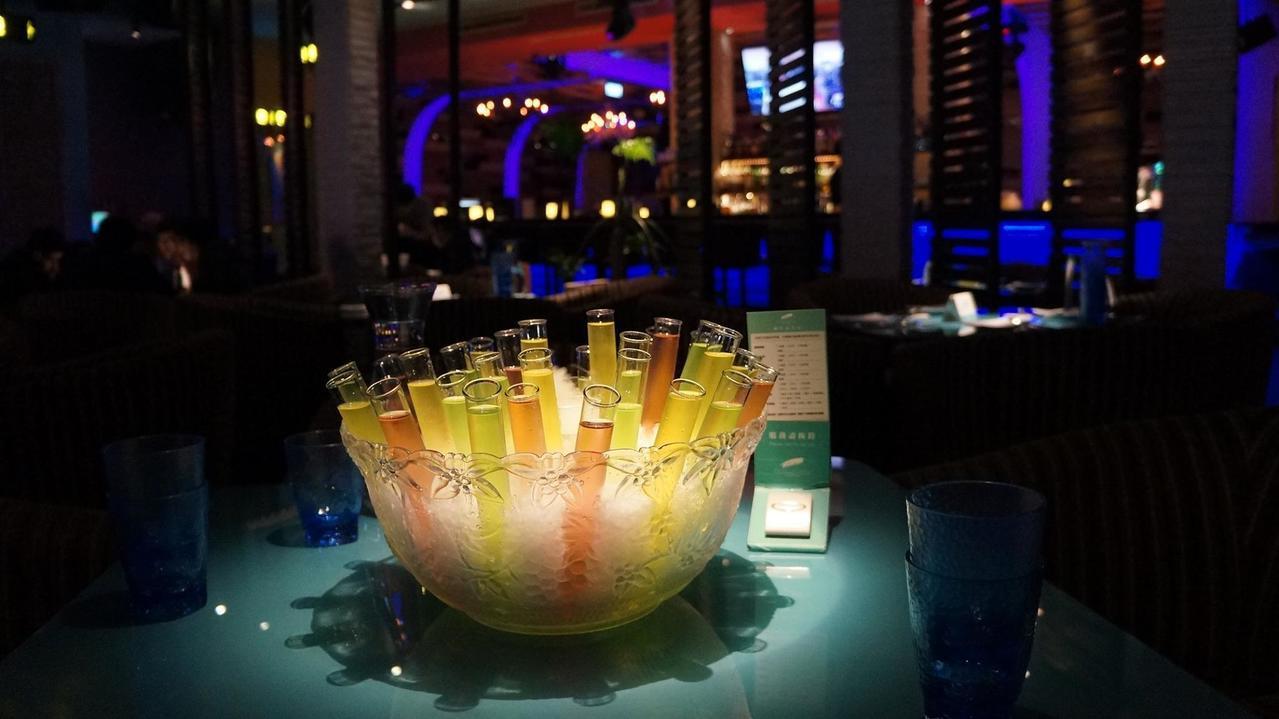 免費供應給壽星的「試管酒」,是屋頂棕櫚餐廳的特色之一。圖/擷取自Roof.isl...