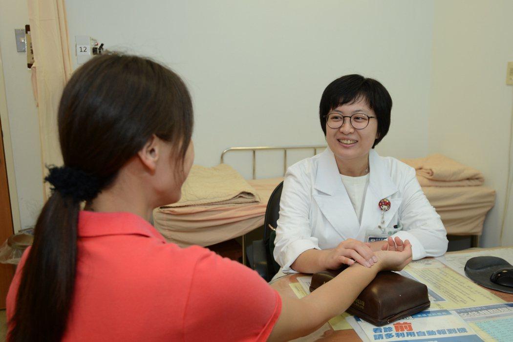 台北慈濟醫院中醫部醫師許雅婷解釋坐月子該注意的事項。圖/台北慈濟醫院提供