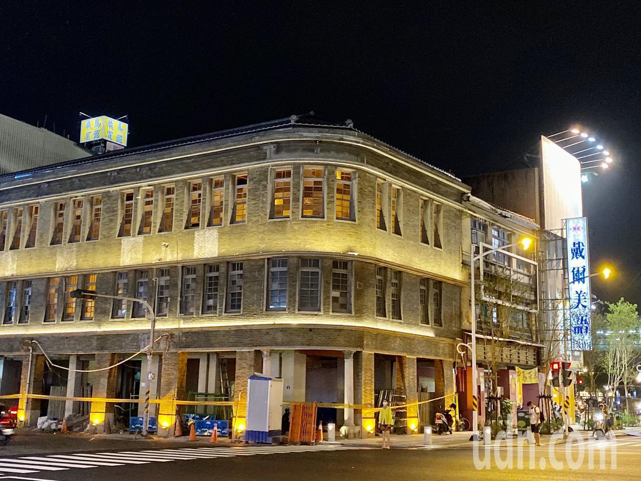 離車站不遠的大和旅社,主體建物維修的施工帷幕也已經撤下,投射燈光打在外牆上,讓這...
