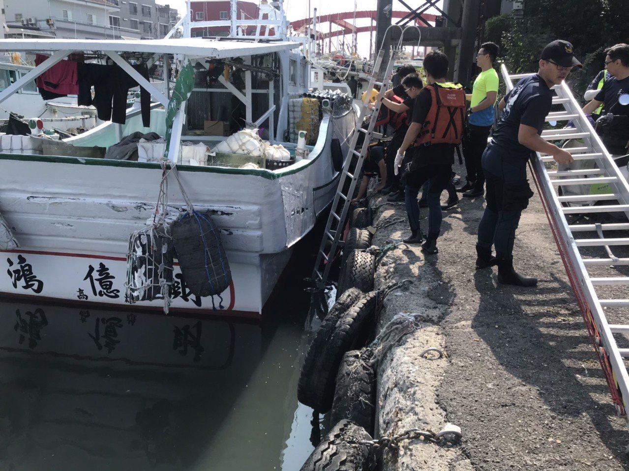 屏東東港鎮豐漁橋,今天上午9點多,有名男子失足跌落水中。圖/屏東縣消防局提供
