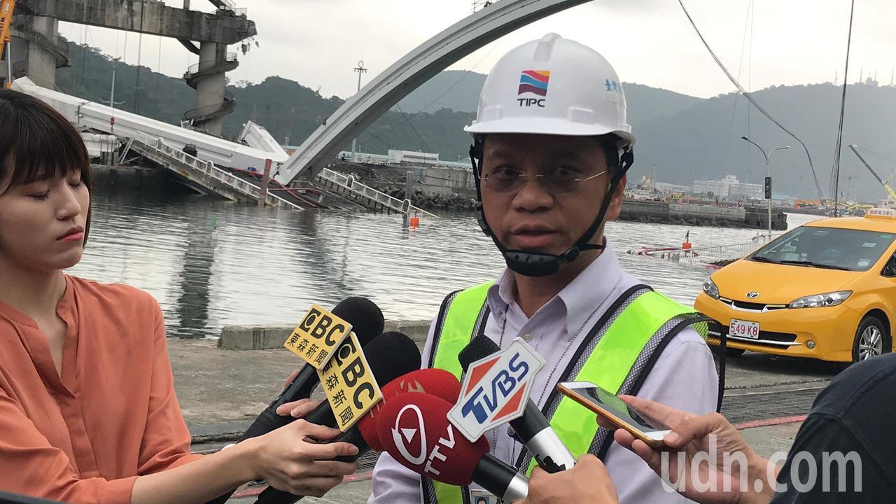 基隆港務分公司副總工程司沈光青說明拆橋作業執行狀況。記者王燕華/攝影