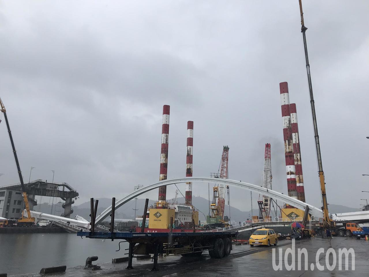 全國最大海上作業平台船「宏禹一號」今天上午駛近南方澳大橋,但現場下起不小雨勢。記...