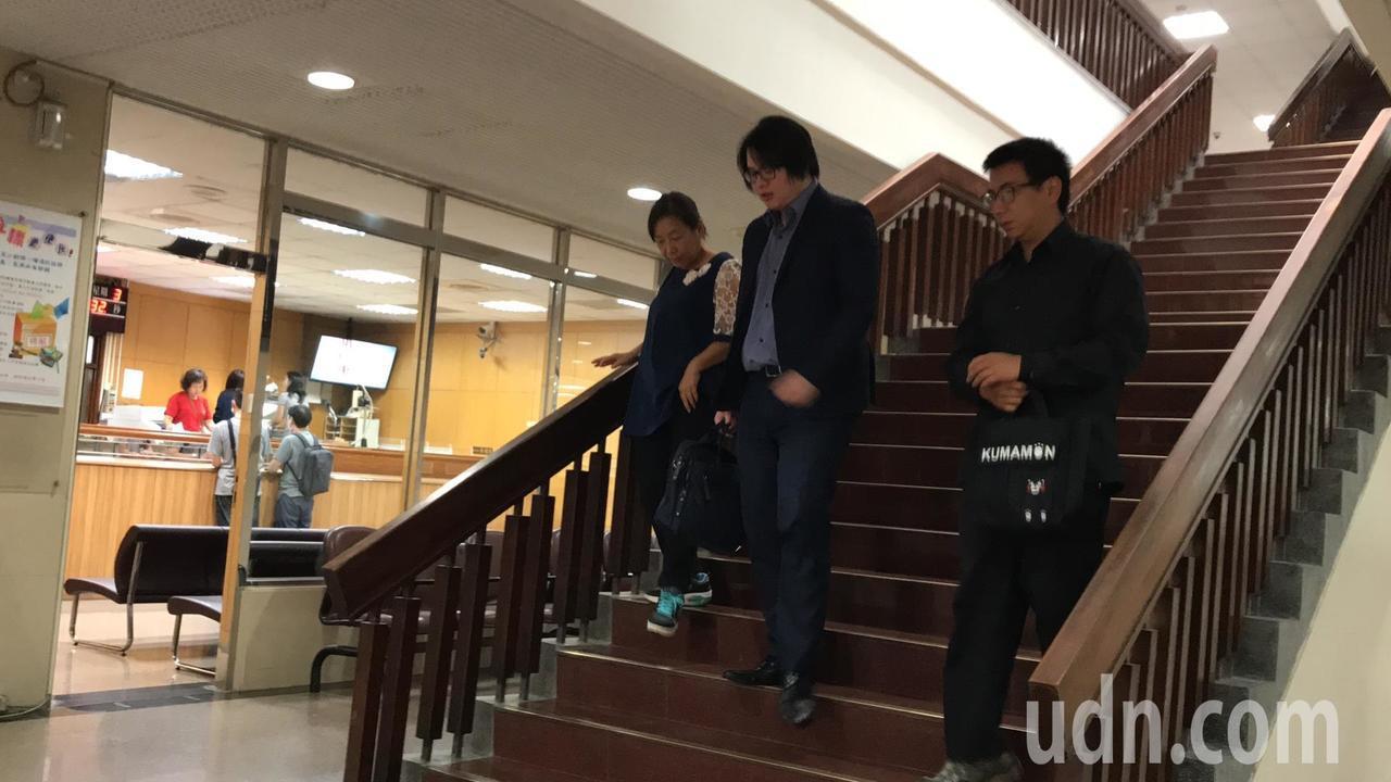 偷拍二、三十名女子的張子彥(右一)今天到台北地院出庭。記者王聖藜/攝影