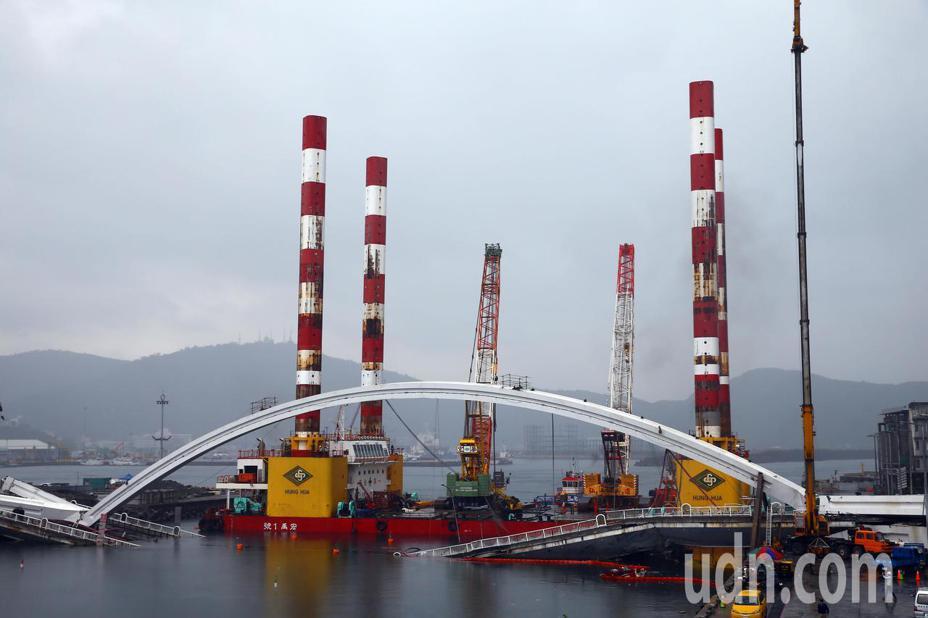 宜蘭南方澳大橋拆除作業因大雨干擾,可能延到晚上8點才能順利進行吊掛作業。記者杜建重/攝影