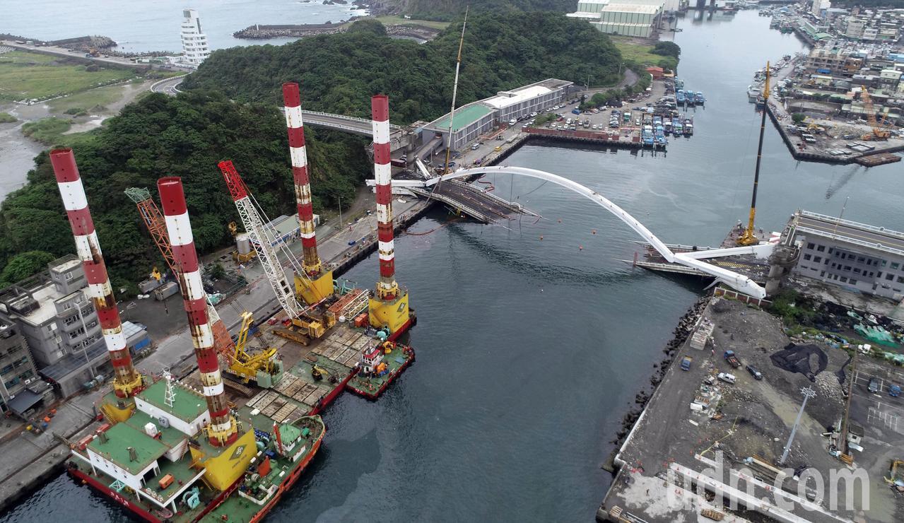 宜蘭南方澳大橋拆除作業上午持續進行中,全國最大、萬噸級的海上作業平台船宏禹一號,...