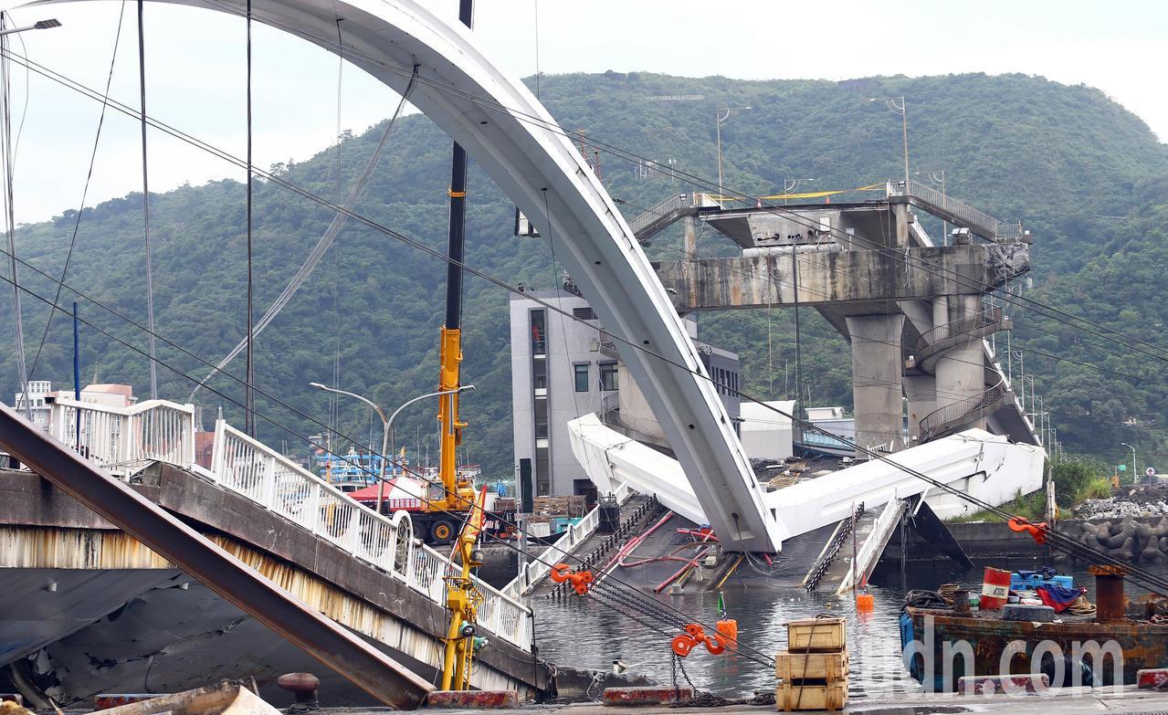 宜蘭南方澳大橋拆除作業上午持續進行中。記者杜建重/攝影