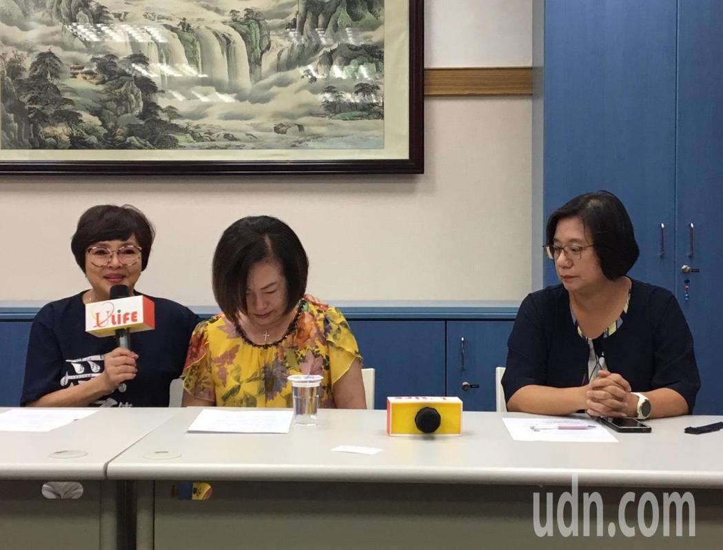 文夏妻子文香今協同律師召開記者會,說明文夏住院昏睡過程。記者蔡翼謙/攝影