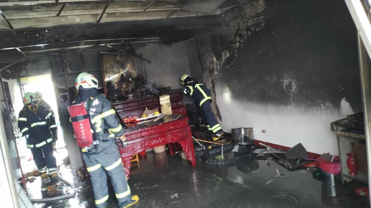 消防人員在20分鐘內控制住火勢。記者李京昇/翻攝