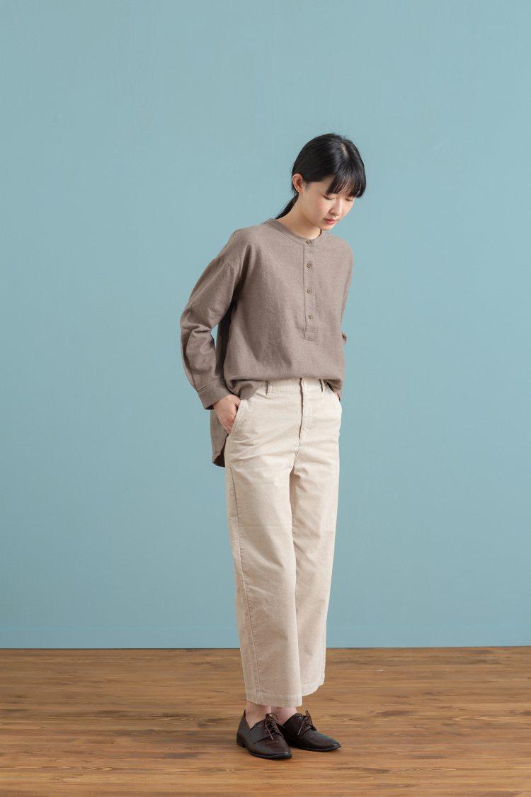 MUJI無印良品「服飾造型顧問SA」推薦的秋日暖色系女性穿搭。圖/無印良品提供