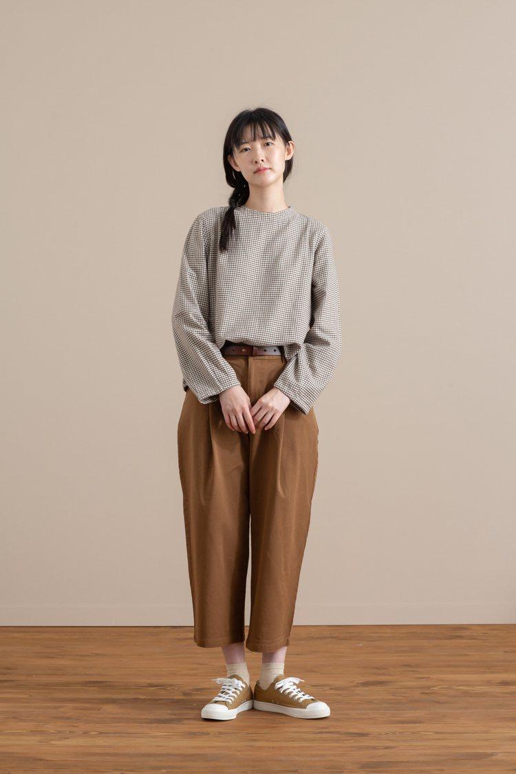 MUJI無印良品「服飾造型顧問SA」推薦的秋日格紋女性穿搭。圖/無印良品提供