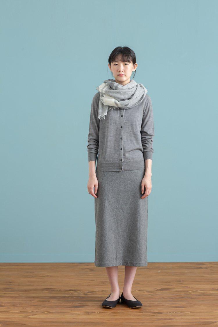 MUJI無印良品「服飾造型顧問SA」推薦的秋日基本色女性穿搭。圖/無印良品提供