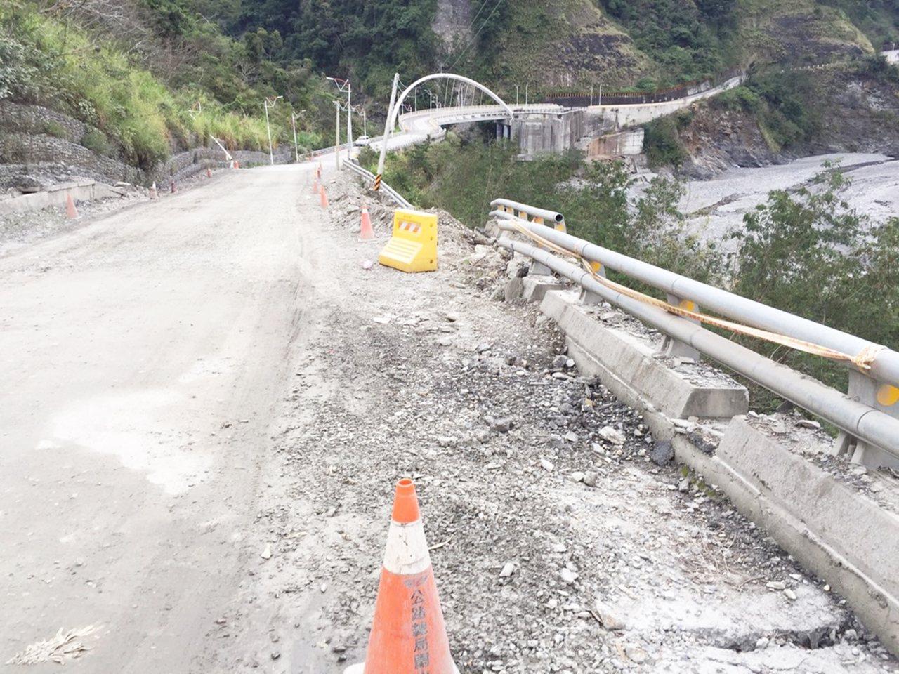 台東縣延平鄉內的松楓橋因105年10月豪雨引道局部受損。記者羅紹平/翻攝