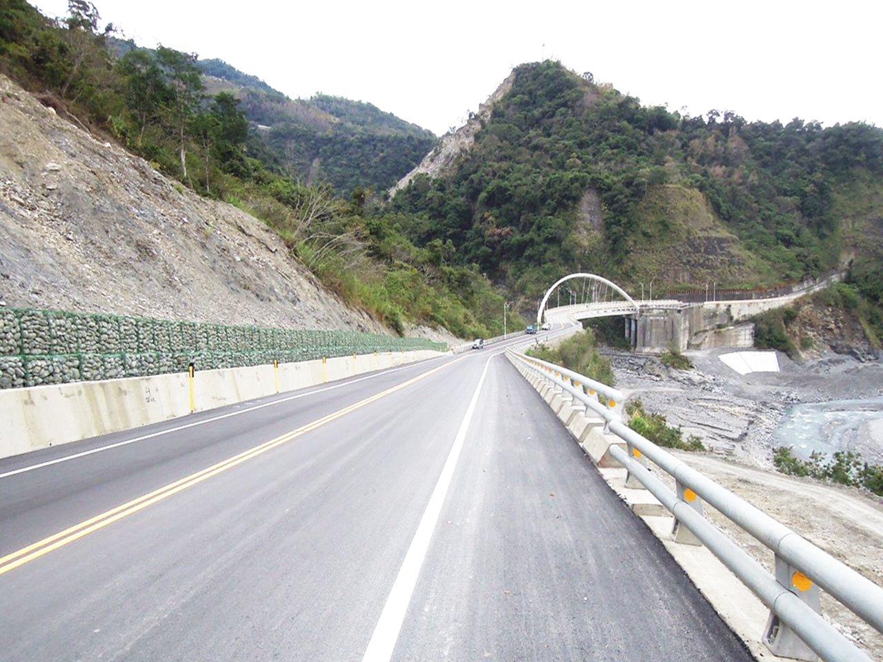 台東縣延平鄉內的松楓橋因105年10月豪雨,導致引道局部受損,如今修復。記者羅紹...
