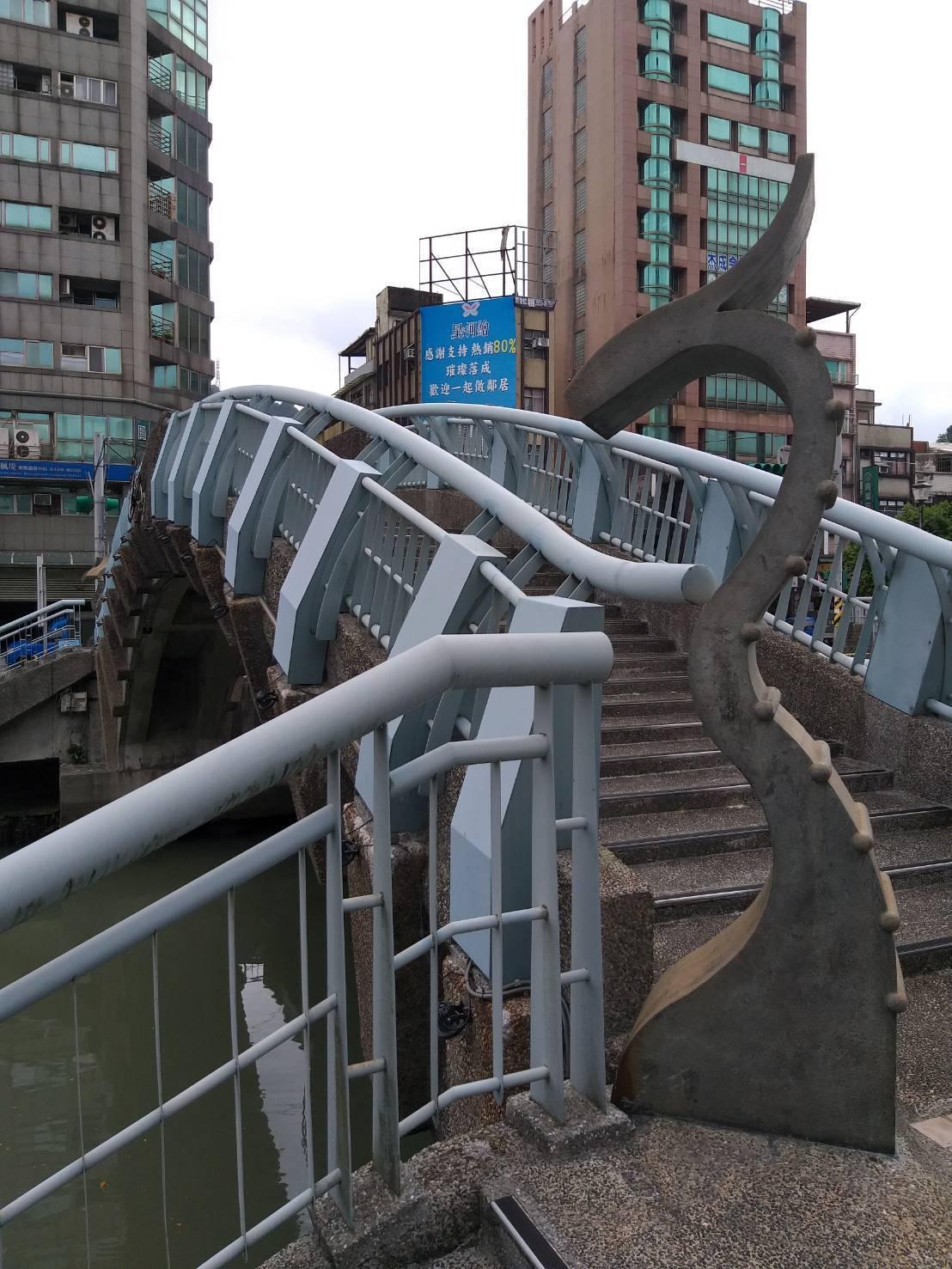 基隆市警、消今晨在田寮河金雞橋附近河面發現女子落水死亡,並在祥龍橋發現死者遺物。...