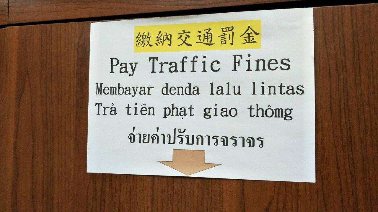 交通管理新制上路,10月1日開始,即便是騎電動自行車,也得依規定戴安全帽,岡山警...