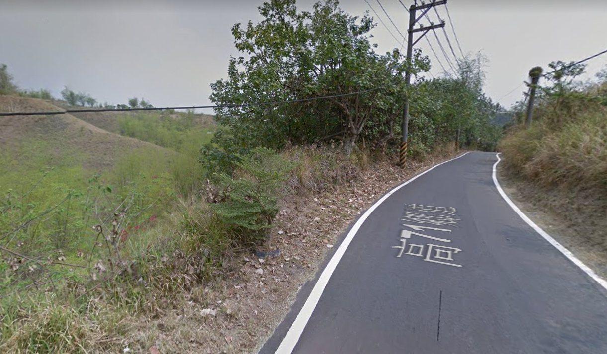 黃姓男子疑被凌虐棄屍大寮區山區路邊邊坡草叢。圖/翻攝Google Maps