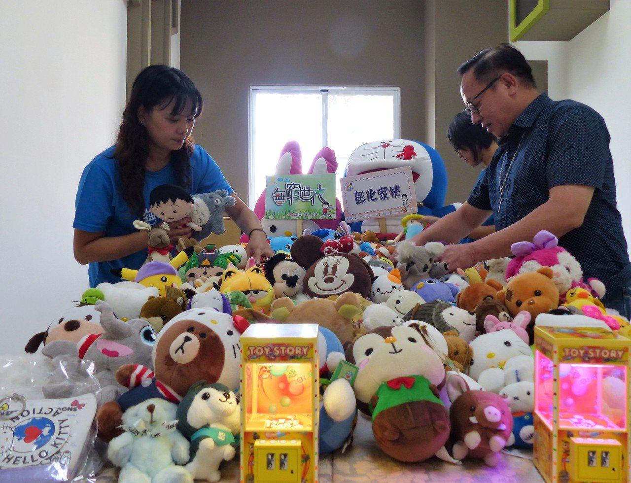 家扶中心員工整理愛心民眾送來的玩偶,將狀況不佳或過於髒汙破損的玩偶淘汰。記者凌筠...