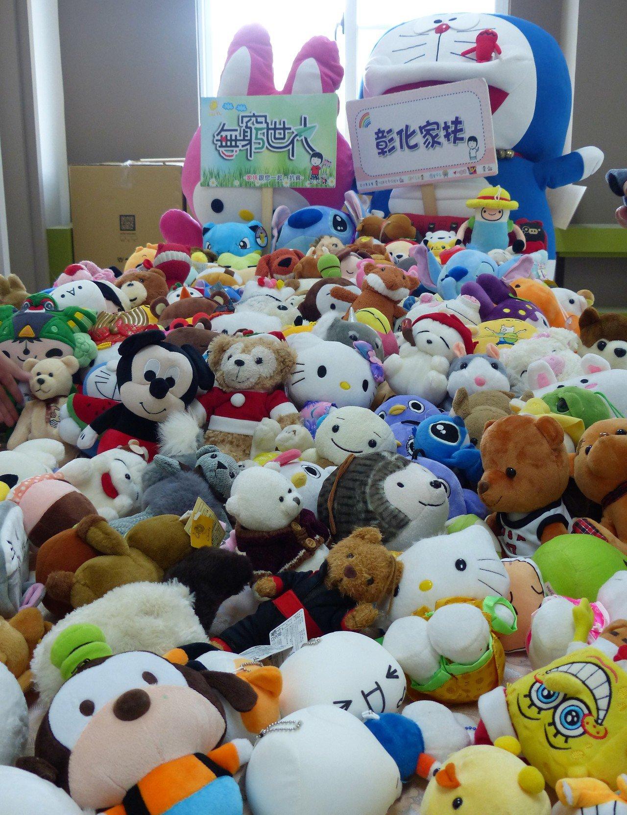彰化家扶中心因獲贈2台夾娃娃機,因此開始長期募集九成新娃娃。記者凌筠婷/攝影