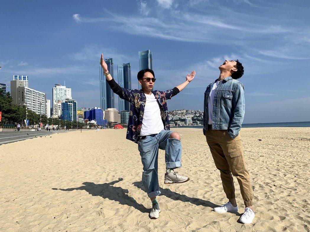 巫建和(左)、劉冠廷趕釜山影展行程之餘,不忘到海雲台海邊感受「陽光普照」。圖/甲...